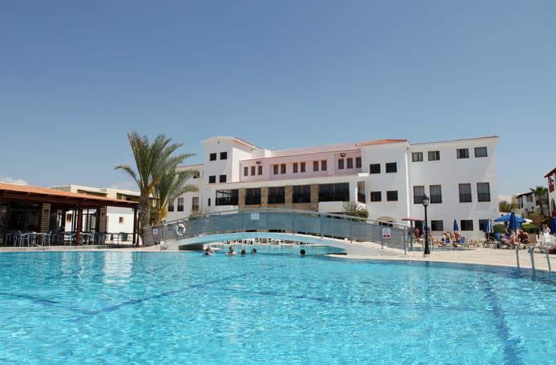 Zwembad van Kefalos Beach Village in Paphos, Cyprus