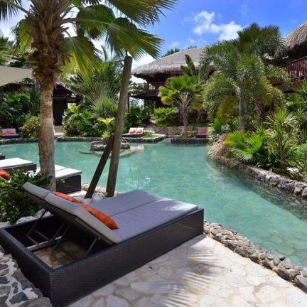 Zwembad van Kontiki Beach Resort Curaçao in Mambo Beach, Curaçao