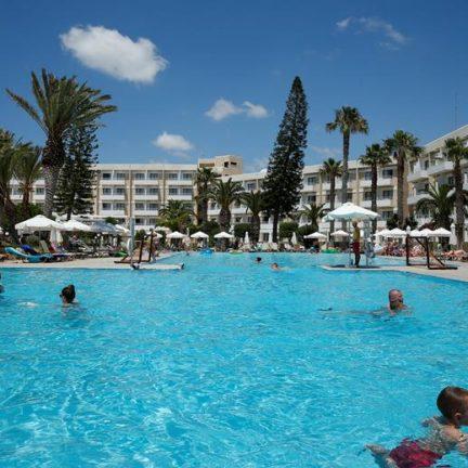 Zwembad van Louis Phaethon Beach in Paphos, Cyprus