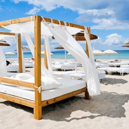 Strandbedden op het strand van Playa d'en Bossa op Ibiza, Spanje