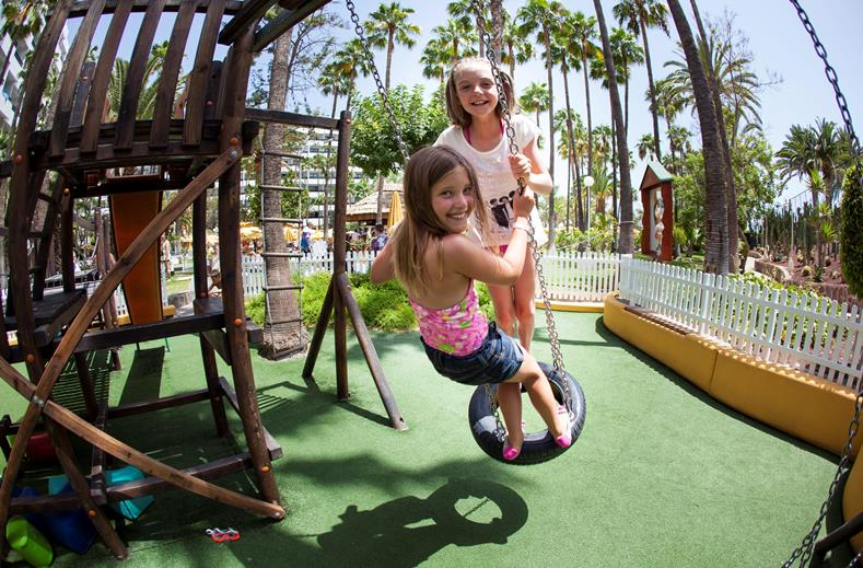 Kinderen van Eugenia Victoria in Playa del Ingles, Gran Canaria