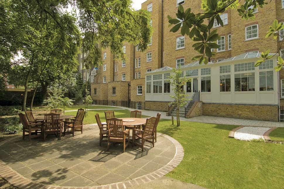 Terras van Hotel NH London Kensington in Londen, Engeland
