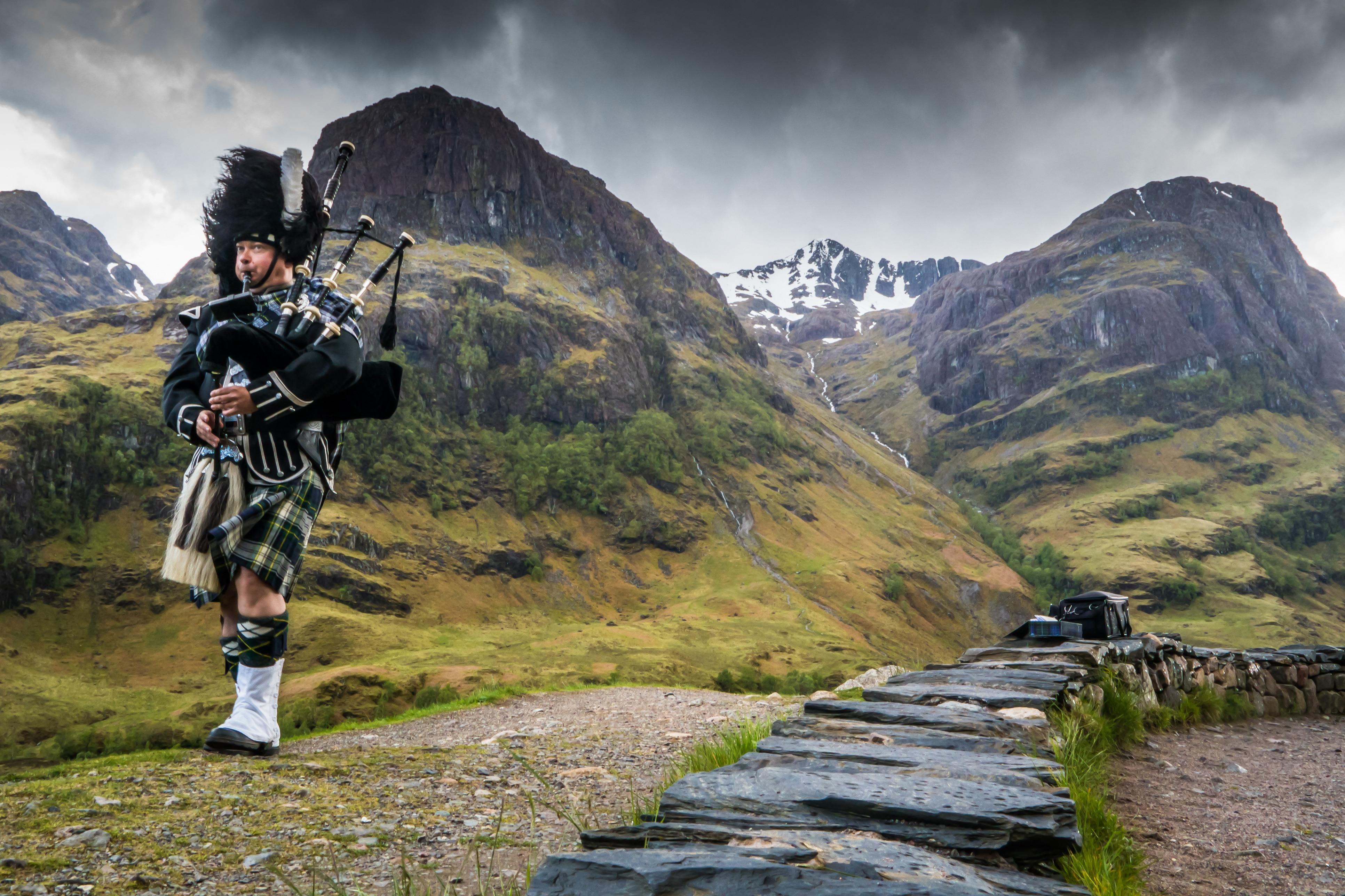 Traditionele schot met doedelzak in de Schotse Hooglanden