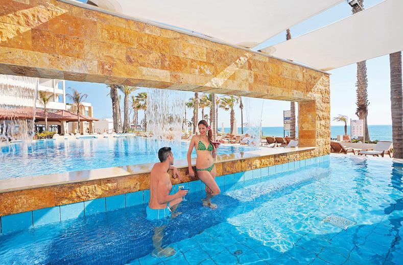 Zwembad van Alexander the Great Beach in Paphos, Cyprus