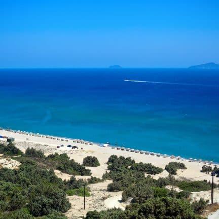 Zonnig strand op Kos, Griekenland