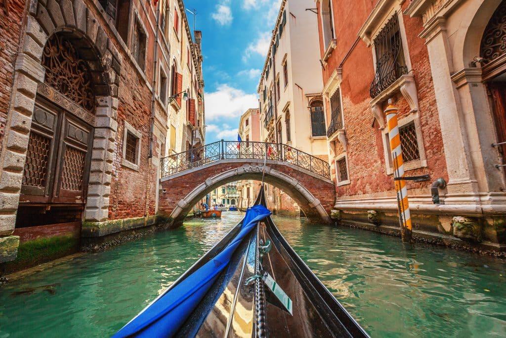 de kanalen van Venetië vanuit een gondel
