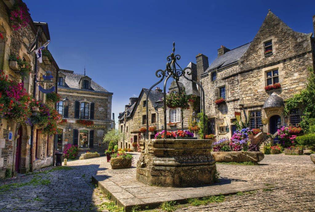 Plein met oude huizen in Rochefort, Frankrijk
