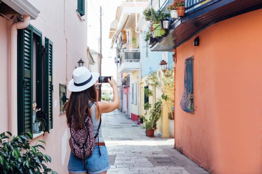 Vrouw maakt een foto in Nidri op Lefkas, Griekenland