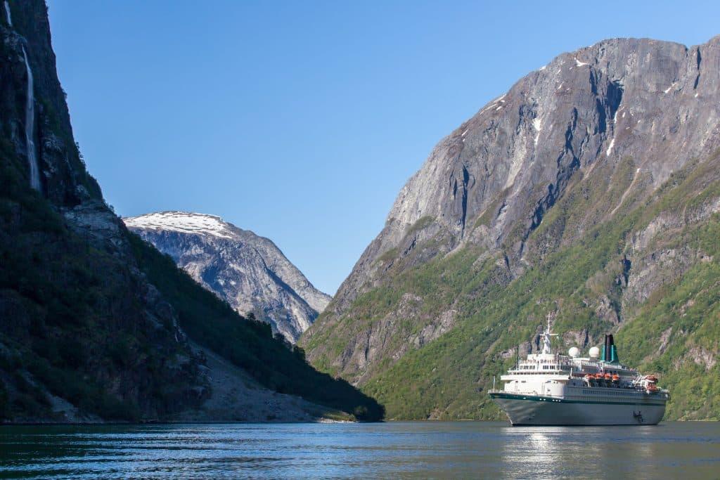 Een schip in een fjord in Noorwegen