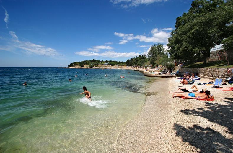 Strand van Hotel Zorna in Poreç, Kroatië
