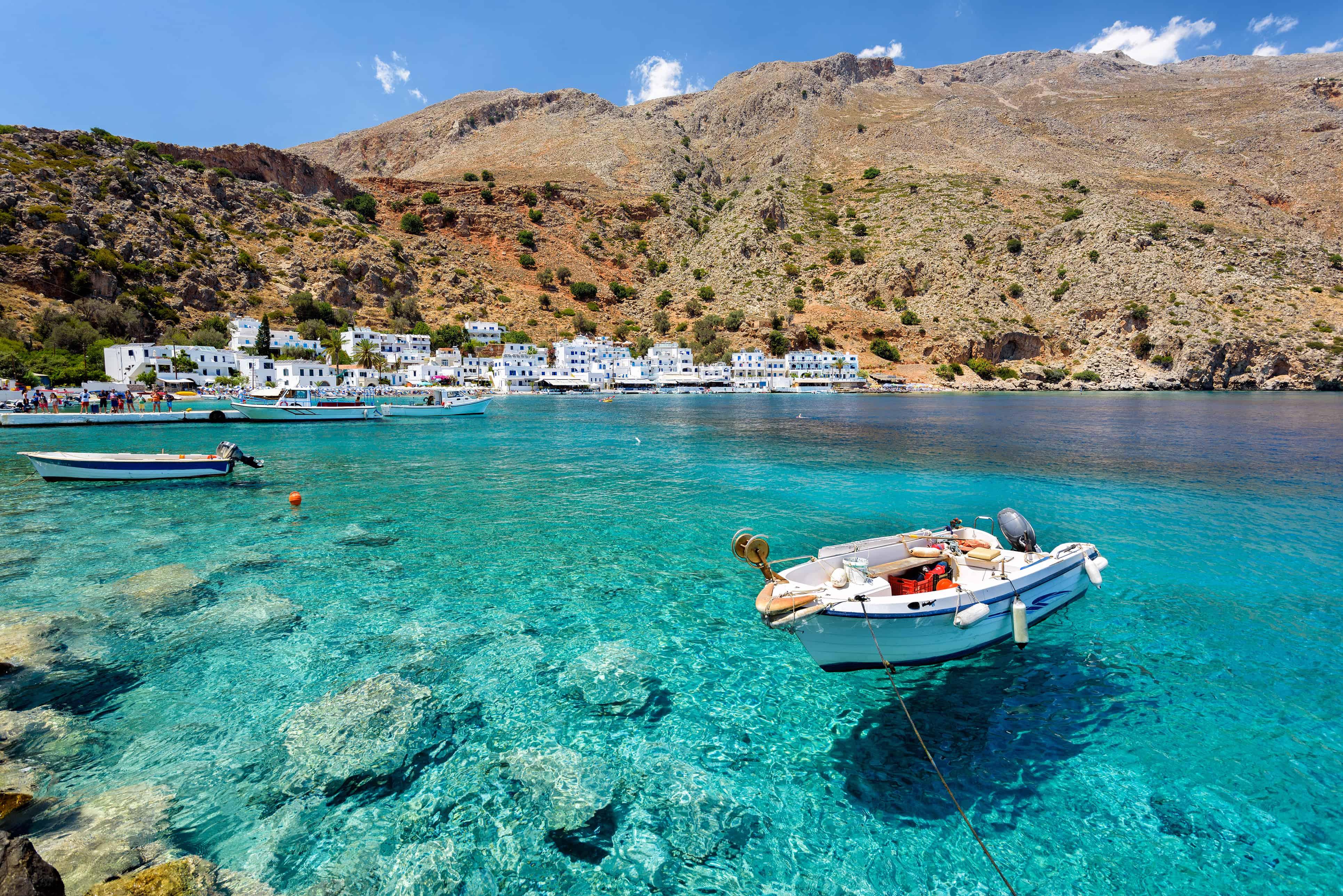Boot drijft in superhelder water op Kreta