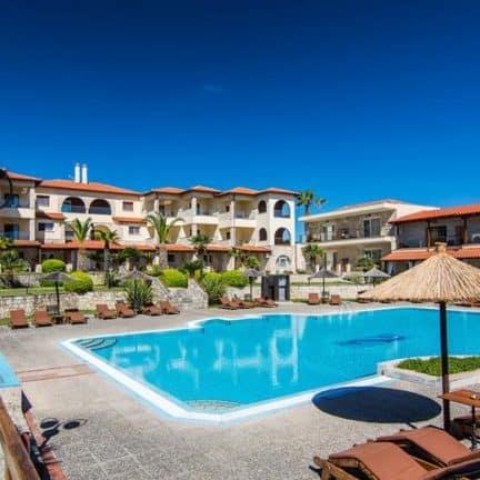 Zwembad van Blue Bay in Afitos, Griekenland
