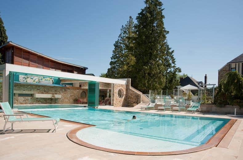 Zwembad van Hotel Le Manoir Du Lys in Bagnoles-De-L'Orne, Frankrijk