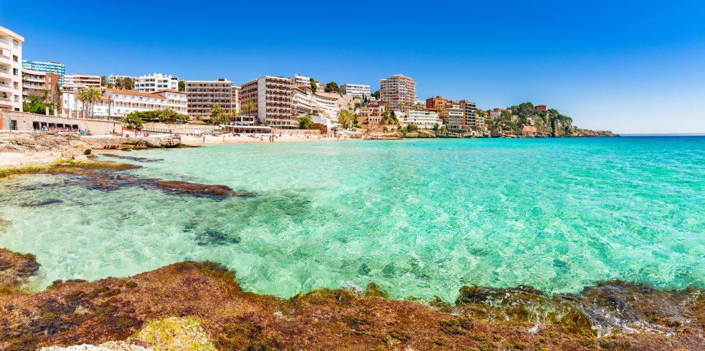 Helderblauwe zee aan de kust van Cala Mayor in Palma de Mallorca, Mallorca