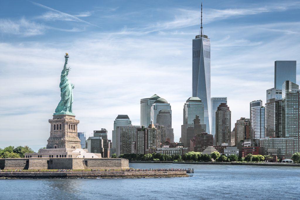 Het Vrijheidsbeeld met One World Trade Center op de achtergrond in New York, Verenigde Staten