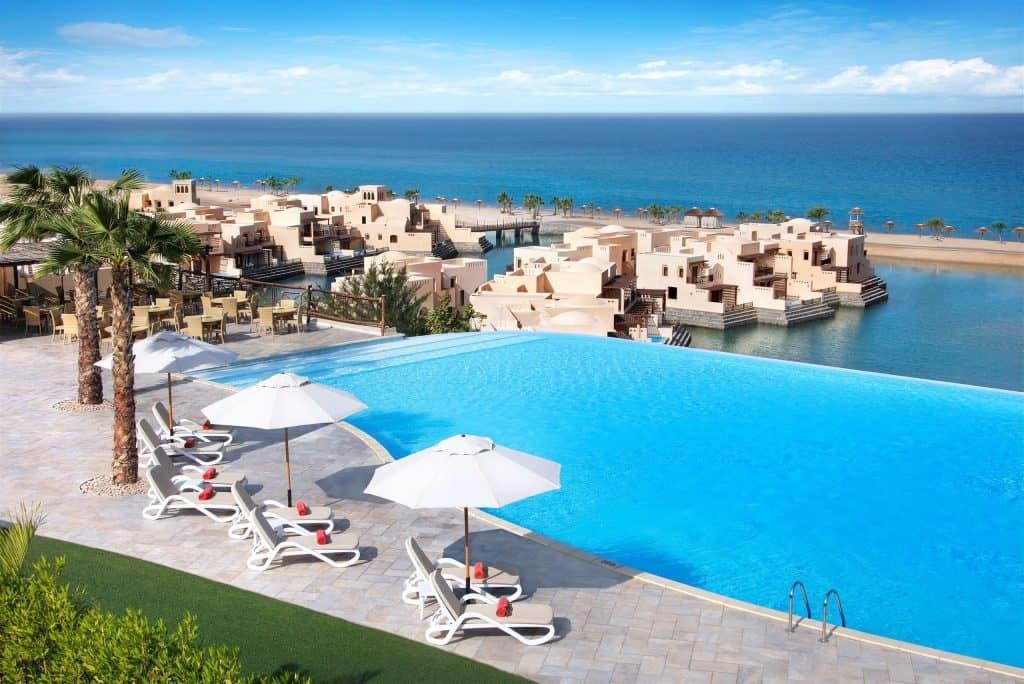Zwembad van Hotel The Cove Rotana in Ras Al-Khaimah, Verenigde Arabische Emiraten