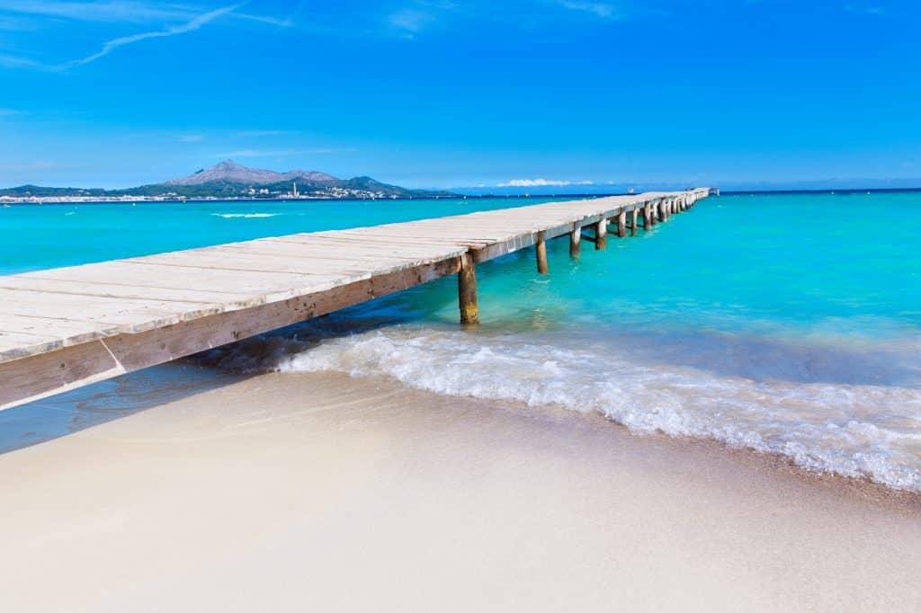 Houten steiger van Playa de Muro op Mallorca