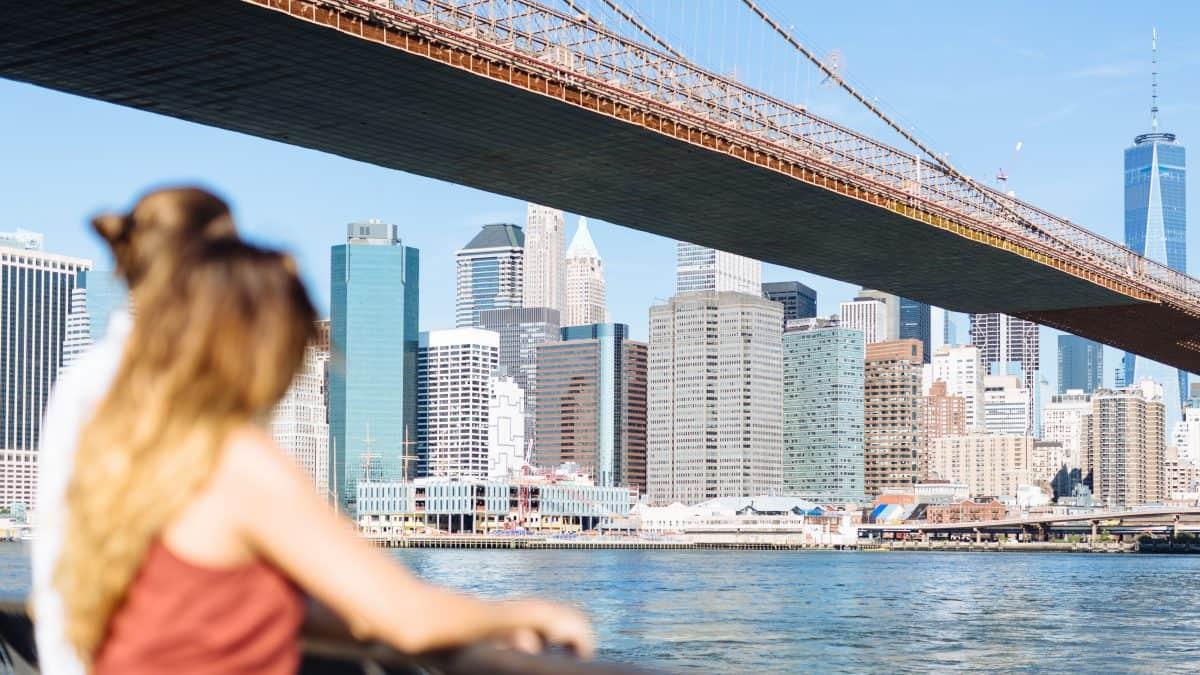 Jong koppel kijkt uit over de skyline van New York, Verenigde Staten