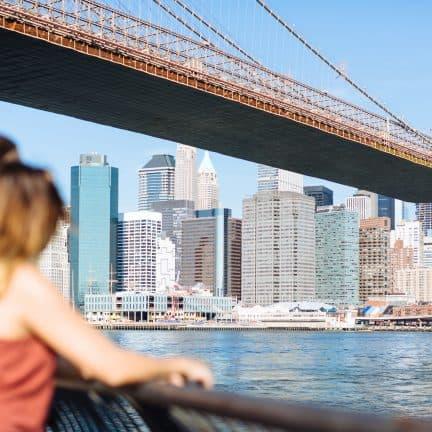 jong koppel kijkt uit skyline new york verenigde staten
