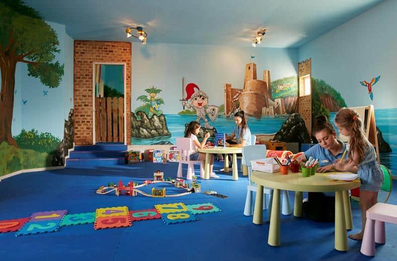 Kinderen van Hotel Electra Palace in Trianta, Rhodos