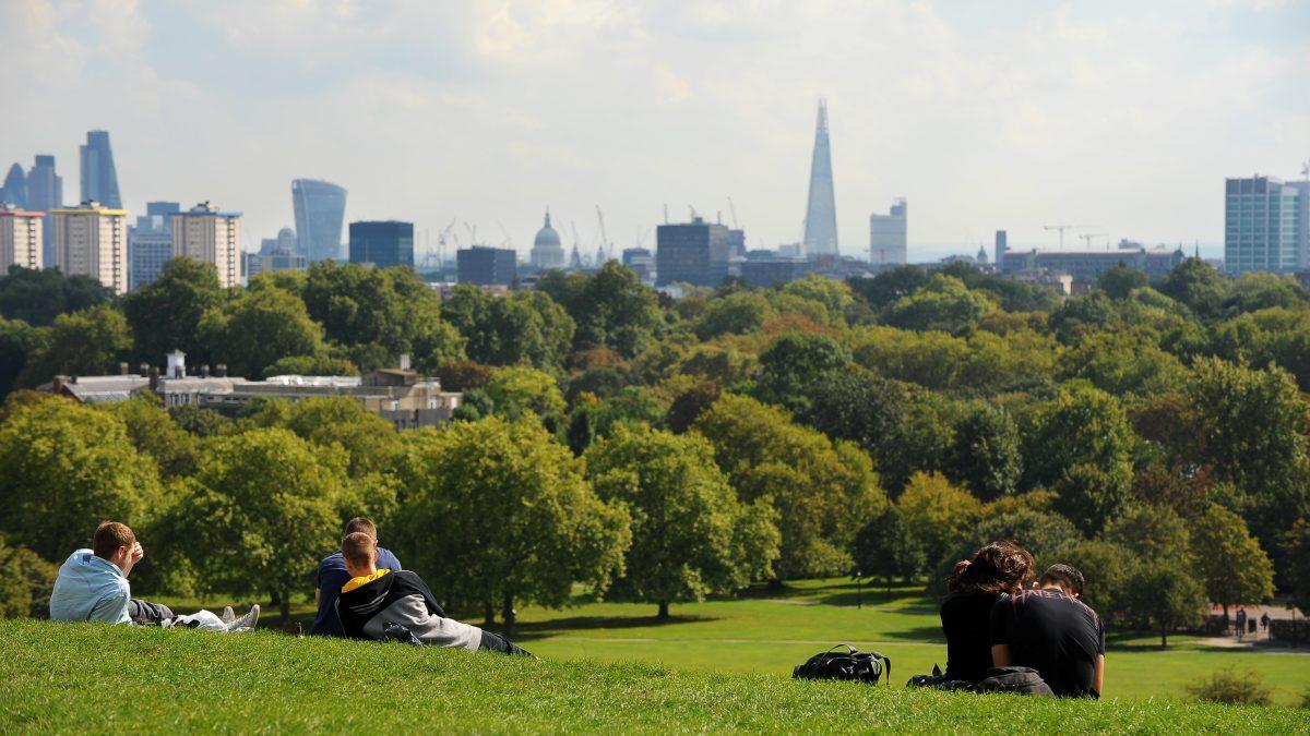 Mensen genieten van het uitzicht op Londen in Primrose Hill in Londen, Engeland