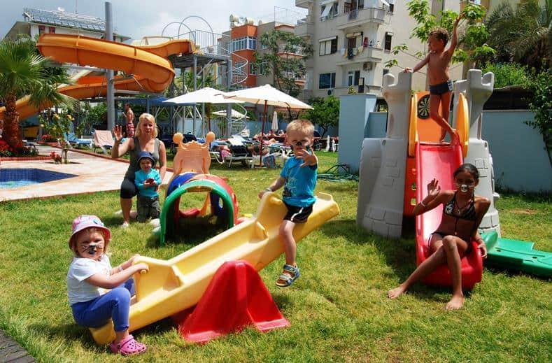 Kinderen van Grand Zaman Garden in Alanya, Turkije