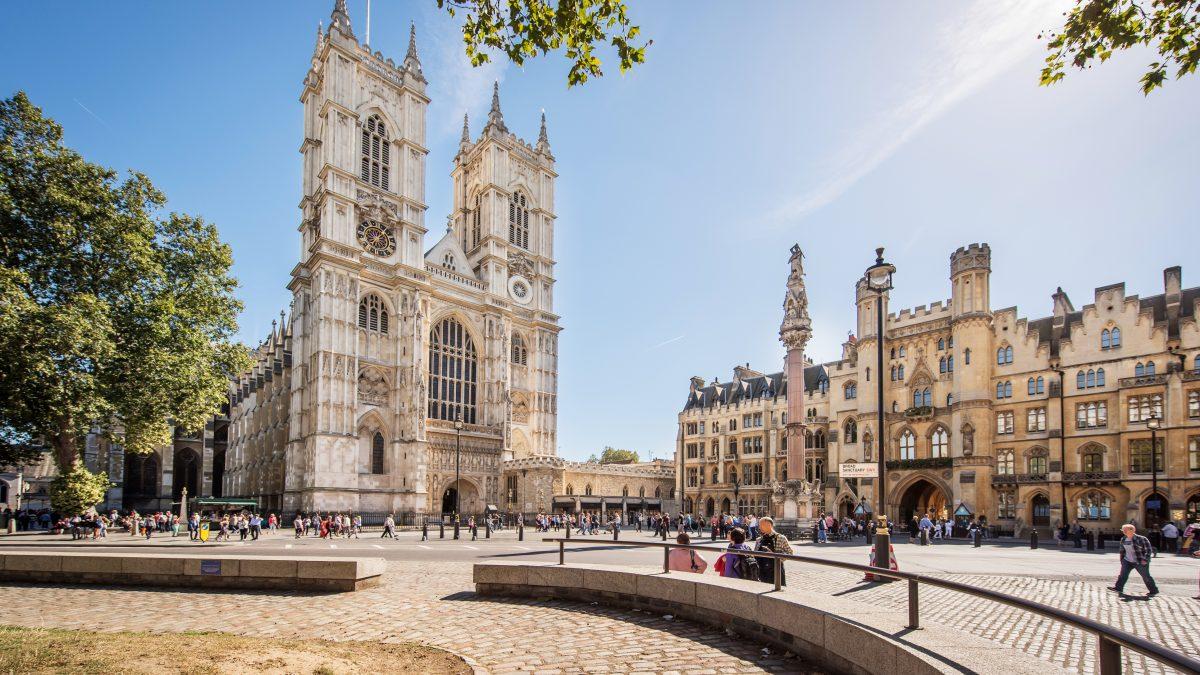 Toeristen passeren Broad Sanctuary voor de Westminster Abbey in Londen, Engeland