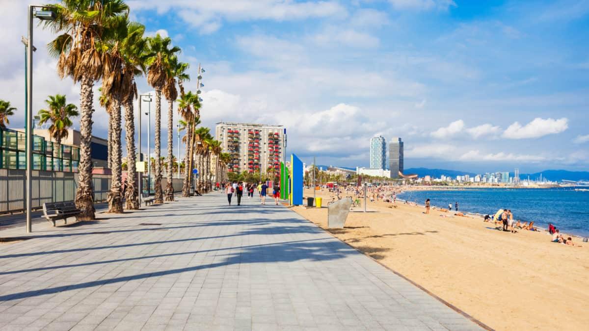 Uitzicht over de boulevard en het strand van Barcelona in Spanje