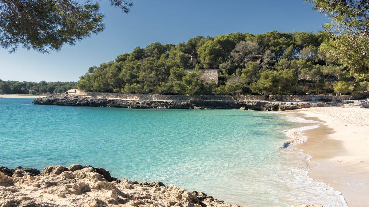 Uitzicht op een prachtig strand op Mallorca