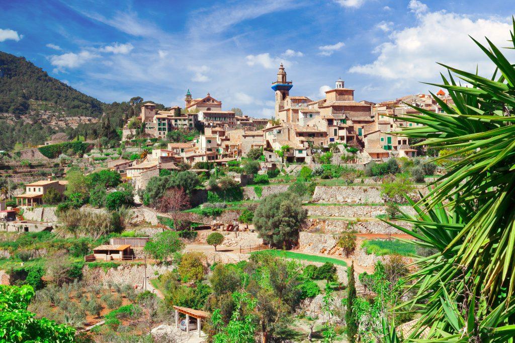 Uitzicht op een toren van het Kartuizerklooster in Valldemossa, Mallorca