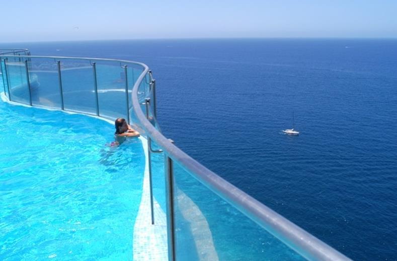 Uitzicht van het zwembad op zee van Gloria Palace Amadores in Puerto Rico, Gran Canaria