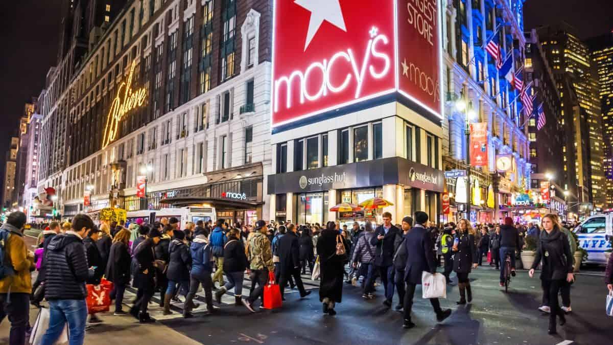 Vele shoppers en toeristen in Herald Square bij Macy's in New York, Verenigde Staten