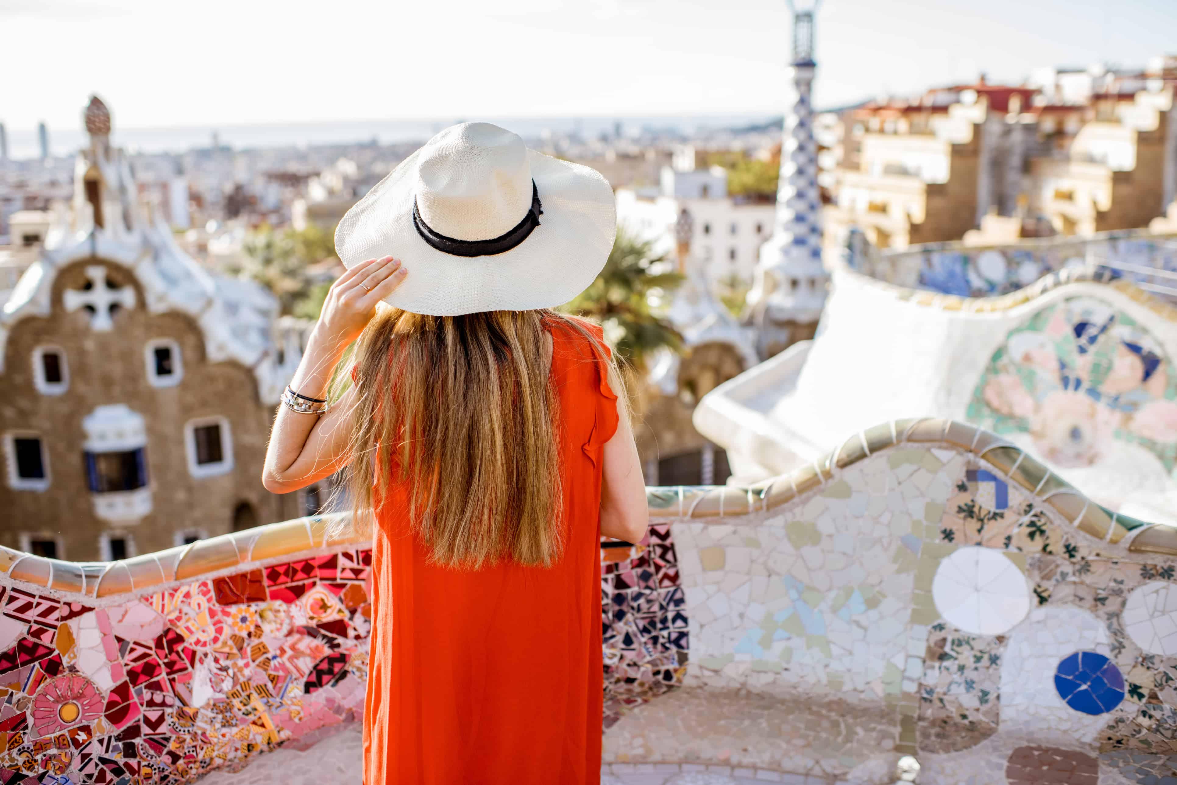 Vrouw met hoed kijkt uit over Barcelona in Spanje