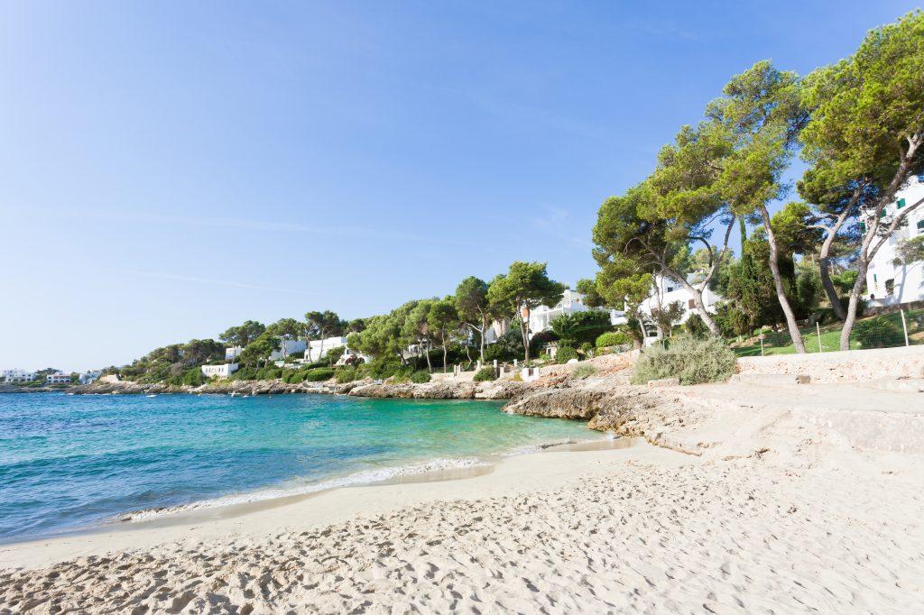 Zandstrand van Cala d'Or op Mallorca
