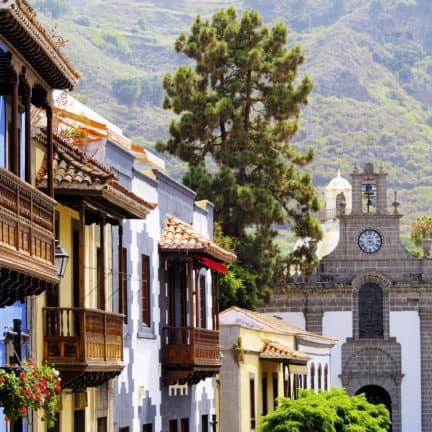 Fraaie houten balkons en gekleurde huizen in Teror, Gran Canaria