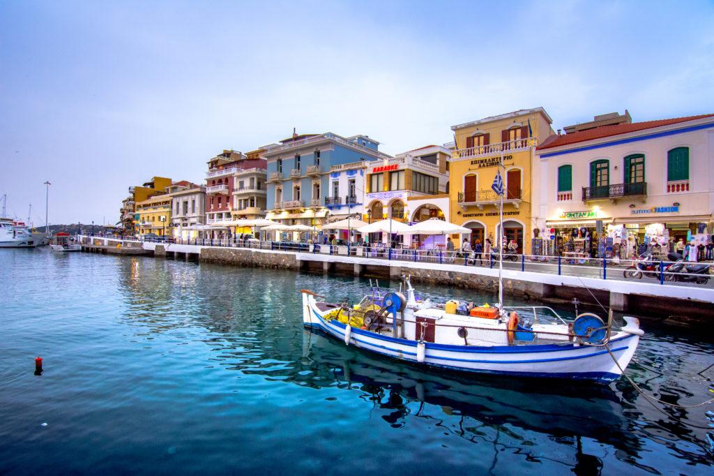 Gekleurde huizen aan de kade van Agios Nikolaos op Kreta, Griekenland