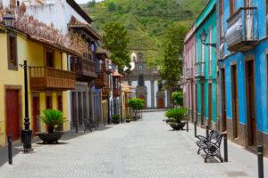 Gekleurde huizen met bekende houten balkons in Teror, Gran Canaria