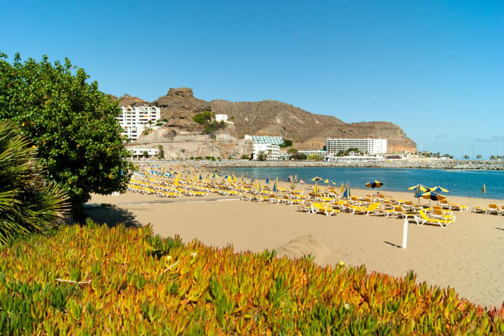 Het strand van Puerto Rico op Gran Canaria