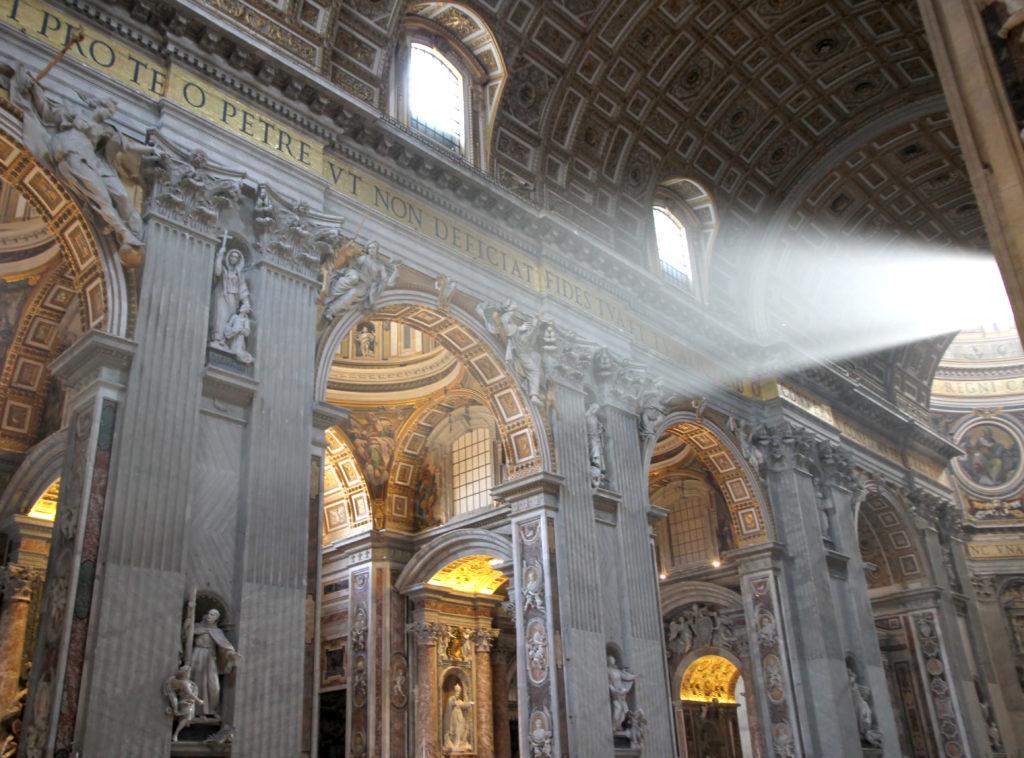 Interieur van Sint-Pietersbasiliek in Vaticaanstad, Rome, Italië