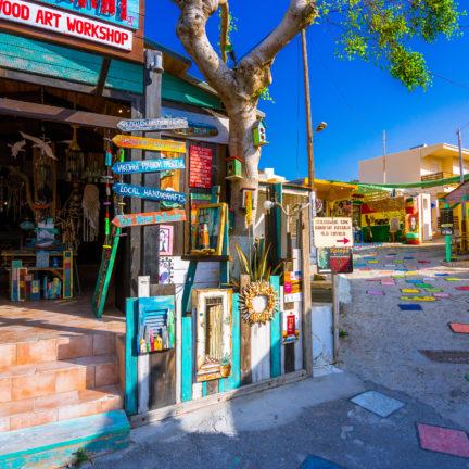 Kleurrijke straat in Matala op Kreta, Griekenland