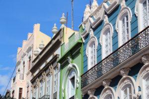 Mooi gekleurde huizen in de wijk Calle Mayor de Triana in Las Palmas, Gran Canaria