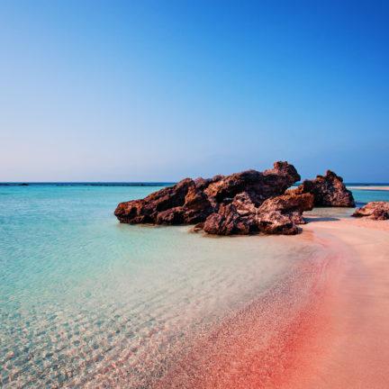 Roze zand op het strand van Elafonissi op Kreta, Griekenland