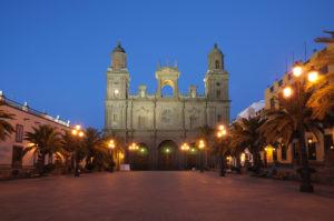 Santa Ana-kathedraal in de avond in Las Palmas, Gran Canaria