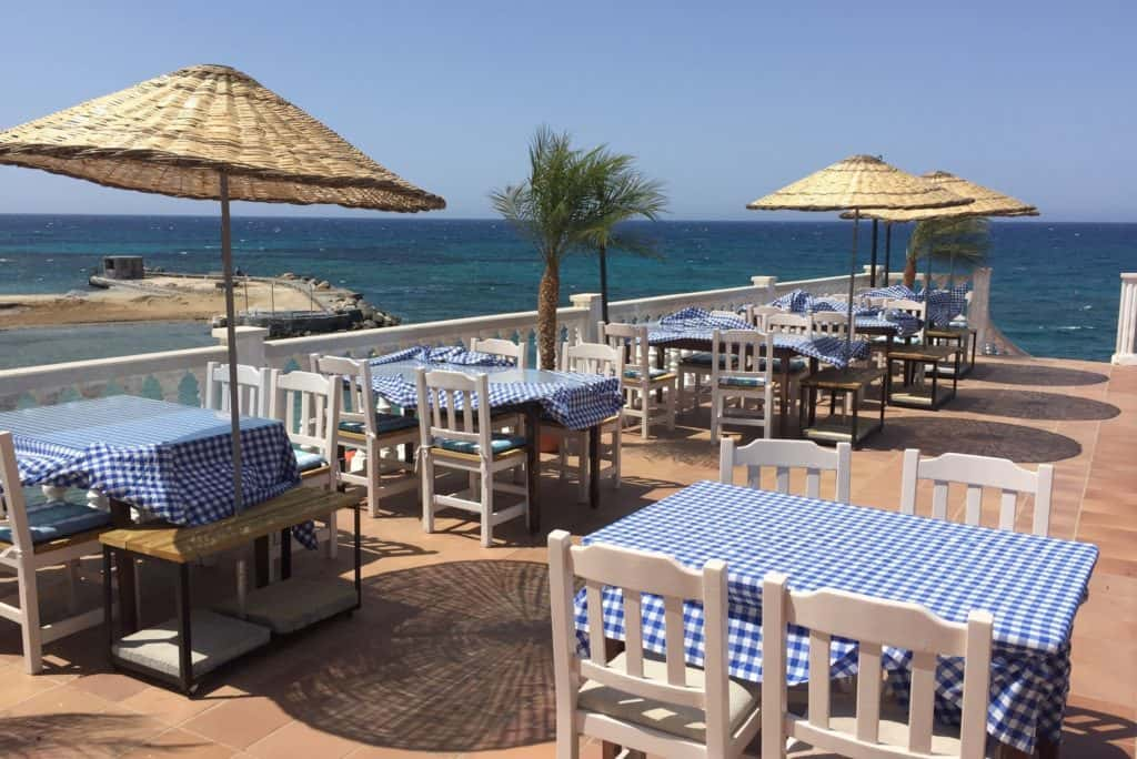 Terras van Hotel Manolya in Kyrenia, Cyprus