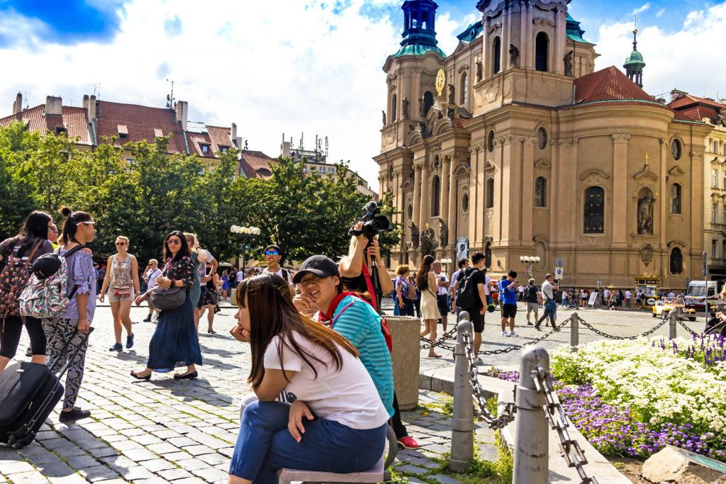 Toeristen op het oude stadsplein in Praag, Tsjechië