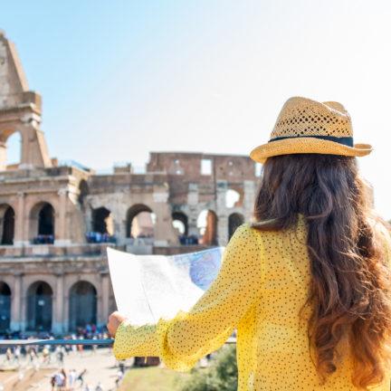 Vrouwelijke toerist voor het Colosseum in Rome, Italië