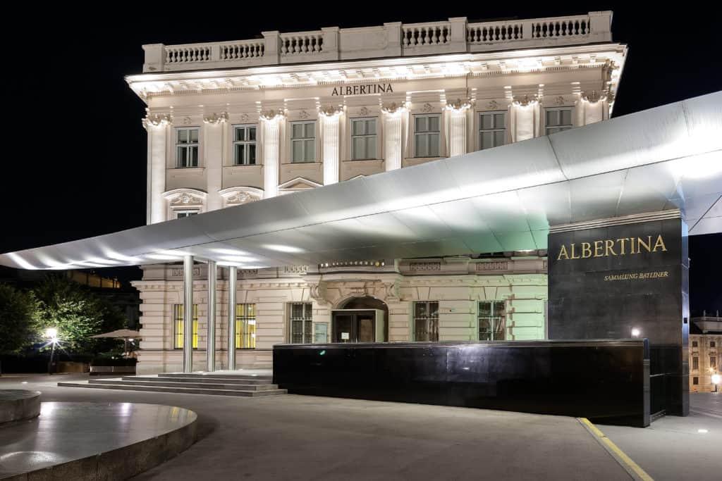 Albertina Museum in de avond in Wenen, Oostenrijk