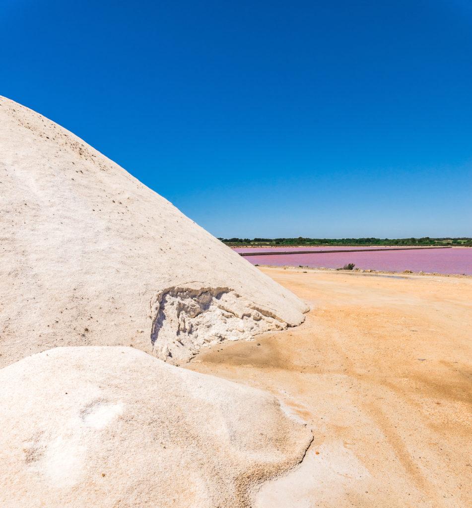 Berg met zout en paars zoutbekken in Ses Salines, Ibiza