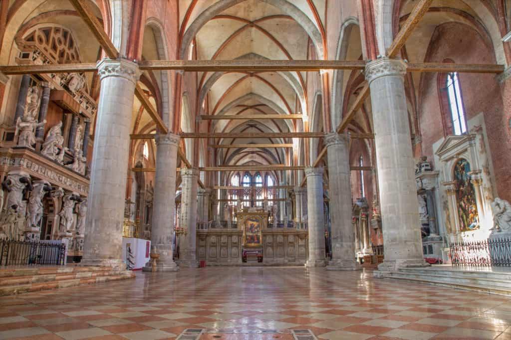 Binnenin de Basilica di Santa Maria Gloriosa dei Frari in Venetië, Italië