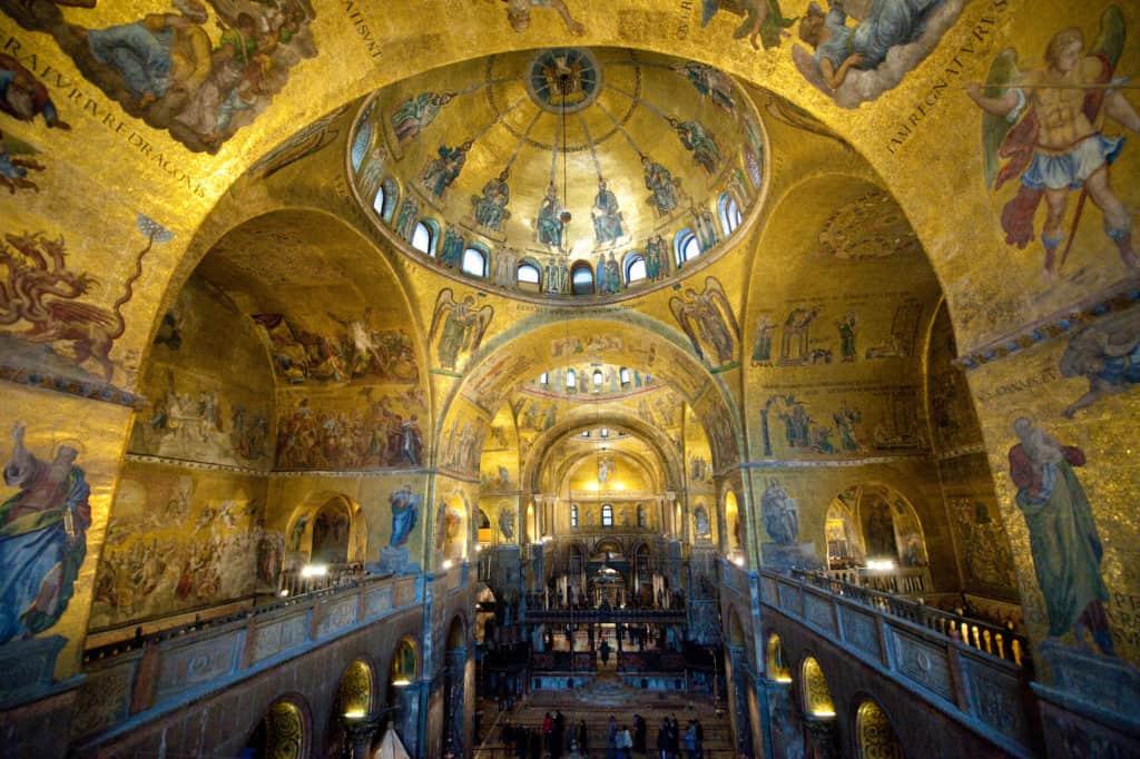 Goudgekleurde mozaïeken in de koepels van de San Marco-basiliek in Venetië, Italië